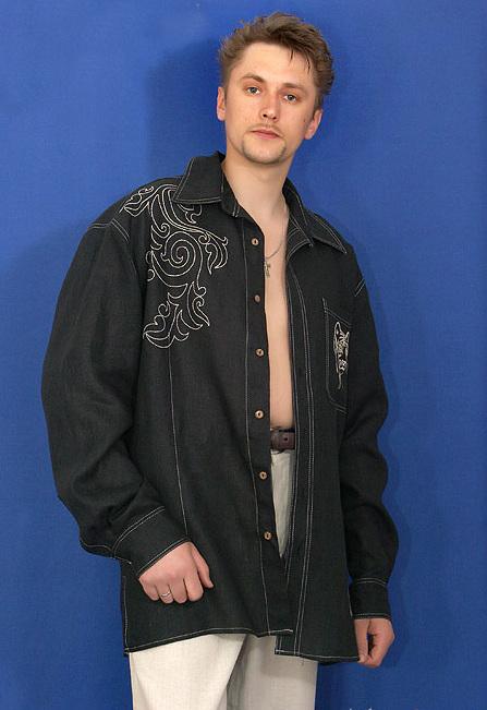 Рубашка мужская из льна с вышивкой СвятославРубашки<br>Элегантный черный цвет, плюс облегающий покрой, контрастная вышивка на кармане и на спине, отстрочка – так сегодня выглядит модная рубашка. Вышивка выполняется в двух видах- светлая и в тон ткани. На карманах вышивается тигр или дракон.<br>48-60 разм.- длина 80см,дл.рукава 67см Размер: 54<br><br>Принадлежность: Мужская одежда<br>Основной материал: Лен<br>Страна - производитель ткани: Россия, г. Пучеж<br>Вид товара: Одежда<br>Материал: Лен<br>Длина: 18<br>Ширина: 12<br>Высота: 7<br>Размер RU: 54