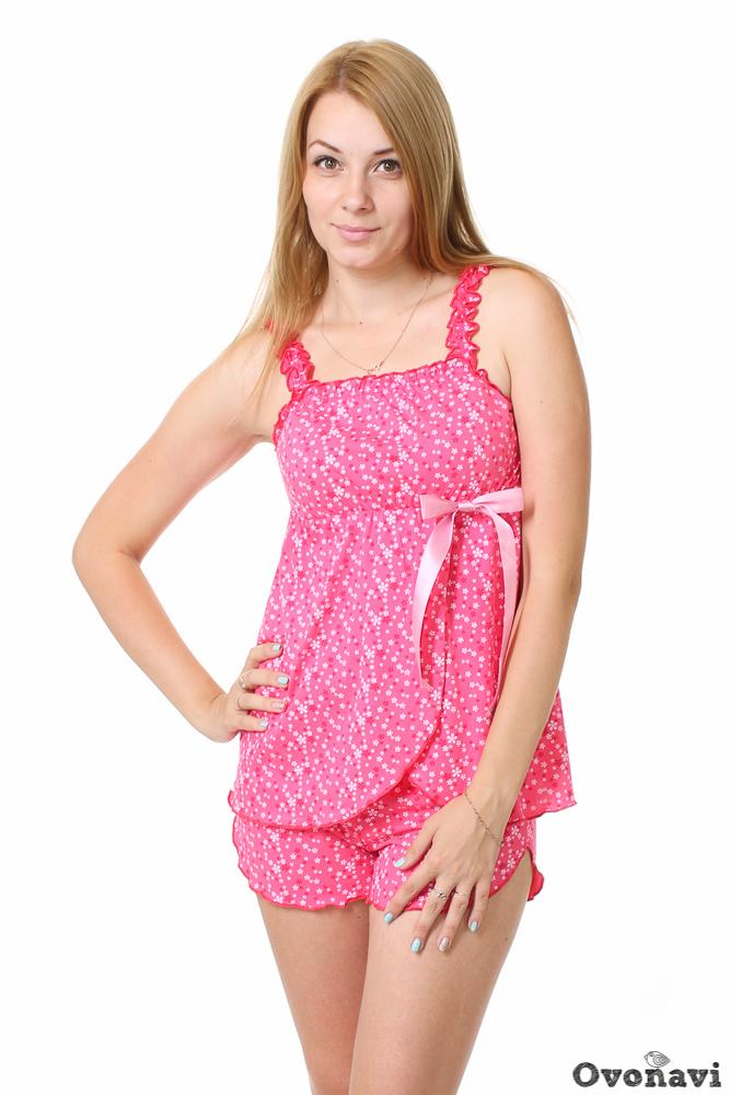 Пижама женская МиледиПижамы<br>Не все женщины чувствуют себя комфортно в просторных и длинных ночных рубашках. В качестве альтернативы они выбирают маленькие изящные пижамки, отличающиеся женственными фасонами. К таким пижамам можно отнести и женскую пижаму Миледи.<br>Изделие сшито из кулирки - мягкой хлопчатобумажной ткани, которая не вызывает аллергии и раздражения. Она практически не ощущается на теле, а значит сон в такой пижаме будет крепким и спокойным. Изящный фасон изделия позволит чувствовать себя женственной и прекрасной даже в кровати, после долгого утомительного дня. Приятная цветовая гамма располагает к отдыху.<br>Пижама Миледи представлена в нескольких цветовых вариациях - можно выбрать на свой вкус. Широкий размерный ряд и износостойкость - еще одни преимущества данного изделия. Размер: 50, Коралловый<br><br>Производство: Производится про запас<br>Принадлежность: Женская одежда<br>Основной материал: Кулирка<br>Страна - производитель ткани: Россия, г. Иваново<br>Вид товара: Одежда<br>Материал: Кулирка<br>Тип горловины: На резинке в 0,8-1 см<br>Обработка: Линия горловины, бретельки, запах и низ топика, пояс и линия низа шорт отделаны декоративным швом<br>Тип застежки: Без застежки<br>Другие особенности: Атласная лента, линия низа шорт фигурная<br>Тип силуэта: Расширенный<br>Длина рукава: Без рукава<br>Длина: 18<br>Ширина: 12<br>Высота: 7<br>Размер RU: 50, Коралловый