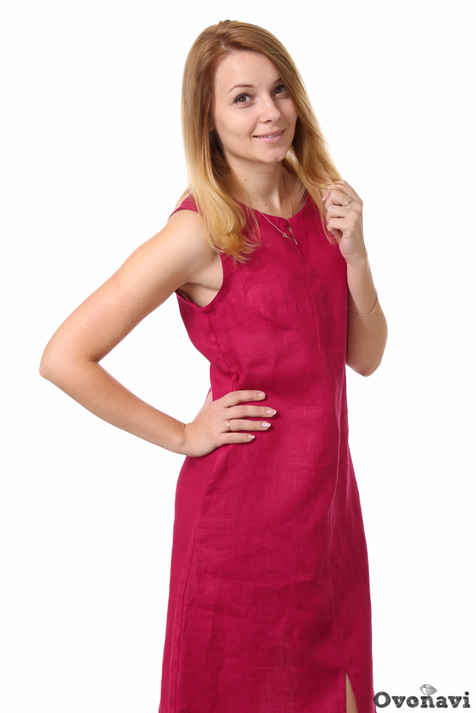 Платье льняное ОктавияПлатья<br>Льняные изделия &amp;amp;mdash; наверное, самые лучшие по своим качественным характеристикам. Этот материал отличается не только потрясающими свойствами, но и смотрится очень красиво. Особое место среди льняных изделий занимают платья. Даже при самом простом фасоне такой наряд выглядит безупречно и стильно &amp;amp;mdash; так, как женское льняное платье Октавия.<br>Платье сшито из тонкого и качественного льняного полотна. Ткань обладает целым рядом замечательных свойств: благодаря структуре нитей лен прекрасно пропускает воздух и поддерживает максимальный теплообмен, а значит, даже в самую жаркую погоду вы будете чувствовать себя комфортно. Ткань совершенно гипоаллергенна, и обладатели самой чувствительной кожи не испытывают ни малейшего раздражения. Кроме того, льняная ткань смотрится интересно и явно выигрывает на фоне других натуральных тканей.<br>Льяное платье Октавия имеет лаконичный женственный фасон: длина до середины икры, свободный, чуть приталенный крой, немного расширяющийся к низу, и открытые плечи. Дополняет стильный крой изделия шов по центру полочки с разрезами сверху и снизу. Удобные боковые карманы придают платью практичность. Дизайн изделия выполнен в цвете фуксия &amp;amp;mdash; насыщенном, ярком и сочном. Этот цвет одинаково хорошо подходит женщинам с любым цветотипом, что делает его почти универсальным.<br>Женское льняное платье Октавия займет достойное место в вашем шкафу. Его можно носить не только как повседневный наряд, но и на встречи с друзьями, свидания или важные мероприятия &amp;amp;mdash; достаточно лишь подобрать нужные аксессуары. В таком платье вы будете выглядеть очаровательно и всегда оставаться в центре внимания! Размер: 46, Бордовый<br><br>Производство: Производится про запас<br>Принадлежность: Женская одежда<br>Основной материал: Лен<br>Страна - производитель ткани: Россия, г. Иваново<br>Вид товара: Одежда<br>Материал: Лен<br>Тип горловины: Круглый вырез<br>Обработка: Горловина и пройма обработан