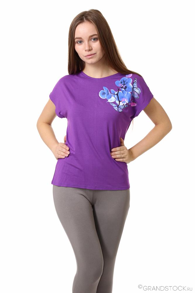 Блузка женская ОрхидеяБлузки<br>Простые, легкие и свободные вещи - незаменимая находка в летнем гардеробе. Отличный пример - женская блузка Орхидея!<br>Основной материал - сравнительно новая, но уже чрезвычайно популярная вискоза. Ткань приятна телу, отлично дышит, красиво струится по фигуре, формируя мягкие и изящные складки. Ткань отлично окрашивается в самые яркие цвета, так что хорошо подходит для необычных расцветок и орнаментов. Она отменно пропускает воздух, дышит, а заодно - совершенно не электризуется.<br>Простой фасон однотонной женской блузки Орхидея украшает нежный и аккуратный рисунок, радующий глаз.<br> Размер: 54<br><br>Принадлежность: Женская одежда<br>Основной материал: Вискоза<br>Страна - производитель ткани: Россия, г. Иваново<br>Вид товара: Одежда<br>Материал: Вискоза<br>Тип застежки: Без застежки<br>Длина рукава: Короткий<br>Длина: 18<br>Ширина: 12<br>Высота: 7<br>Размер RU: 54