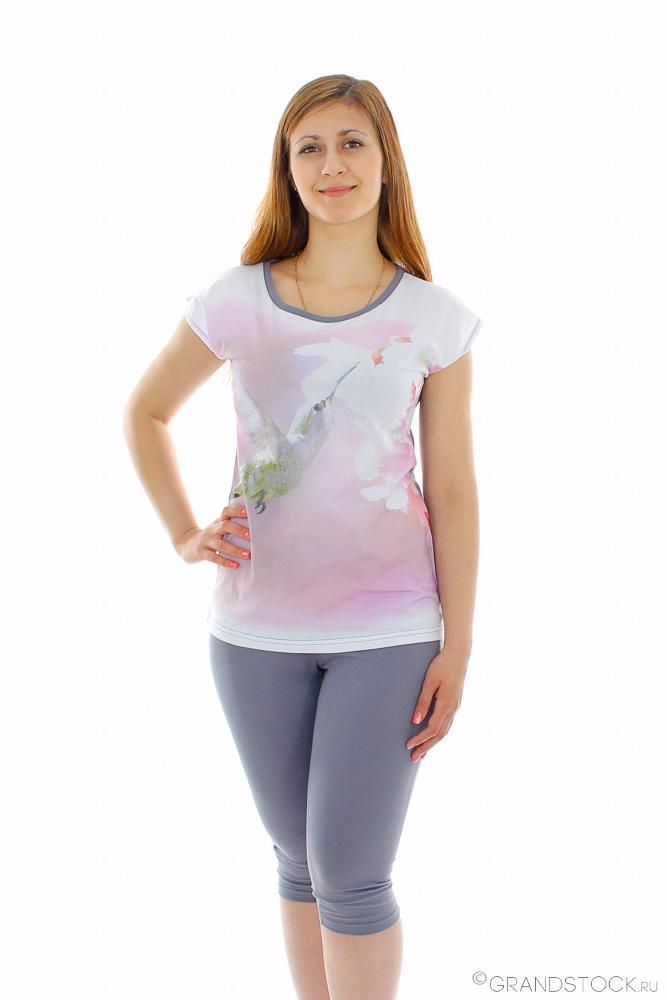 Костюм женский КристэльЛетние костюмы<br>Легкая яркая футболка и подчеркивающие красоту ваших ног леггинсы - это лучшая одежда для носки летом. Вот почему женский летний костюм Кристэль очарует вас с первой же минуты!<br>Футболка данного костюма имеет полусвободный приталенный фасон и выполнена в яркой расцветке с крупным рисунком, а леггинсы выполнены в однотонной расцветке. В данном костюме стоит отметить и то, что обе вещи сшиты из мягкой, легкой кулирки - это еще одна причина, почему данная модель отлично подойдет для носки летом. Кулирка отлично пропускает воздух, позволяя коже дышать, и впитывает излишки влаги.<br>Изделия женского костюма Кристэль отлично сочетаются не только друг с другом, но и с другими вещами из вашего гардероба, а потому вы можете создавать еще больше стильных летних образов! Размер: 56<br><br>Принадлежность: Женская одежда<br>Комплектация: Бриджи, футболка<br>Основной материал: Кулирка<br>Страна - производитель ткани: Россия, г. Иваново<br>Вид товара: Одежда<br>Материал: Кулирка<br>Длина: 18<br>Ширина: 12<br>Высота: 7<br>Размер RU: 56