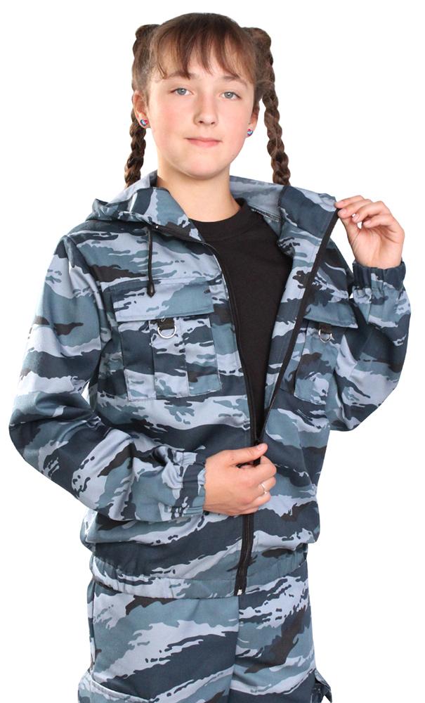 Костюм детский Зарница (серый)Прочие костюмы<br>Костюм состоит из куртки и брюк. Куртка укороченная с капюшоном, центральной застежкой на тесьму-молнию, с накладными карманами с клапанами и декорацией из полукольца, рукав втачной по низу стянут эластичной тесьмой. Низ куртки стянут на эластичную тесьму. Брюки прямые на поясе стянуты эластичной тесьмой, карманами с отрезным бочком и боковыми карманами с клапаном. Размер: 40-42<br><br>Возраст: Подростковый возраст (11-17 лет)<br>Пол: Унисекс<br>Основной материал: Смесовые ткани<br>Вид товара: Детская одежда<br>Материал: Смесовые ткани<br>Длина: 22<br>Ширина: 18<br>Высота: 5<br>Размер RU: 40-42