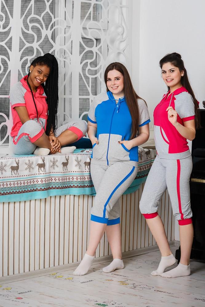 Костюм женский ГелианаЛетние костюмы<br>Что может быть удобнее для носки дома и занятий спортом, чем качественный костюм с бриджами, сшитый из натуральной хлопковой ткани? Это прекрасно подтверждает женский костюм Гелиана, который мы спешим вам представить.<br>Гелиана состоит из кофты с коротким рукавом на замке и комфортабельных бридж. Изделие сшито из мягкого прочного футера &amp;amp;mdash; натуральной хлопковой ткани, которая отлично пропускает воздух и впитывает влагу. Благодаря добавлению лайкры ткань имеет эластичную структуру, которая не стесняет движения во время занятий спортом, подчеркивает фигуру, облегая каждый ее изгиб, но при этом ткань не вытягивается в проблемных местах.<br>Костюм имеет насыщенную расцветку, а футболка дополнена удобными карманами. Пусть занятия спортом и повседневные дела приносят вам только удовольствие! Размер: 46<br><br>Принадлежность: Женская одежда<br>Комплектация: Бриджи, кофта<br>Основной материал: Футер<br>Страна - производитель ткани: Россия, г. Иваново<br>Вид товара: Одежда<br>Материал: Футер с лайкрой<br>Сезон: Весна - осень<br>Тип застежки: Молния<br>Длина рукава: Короткий<br>Длина: 19<br>Ширина: 17<br>Высота: 9<br>Размер RU: 46