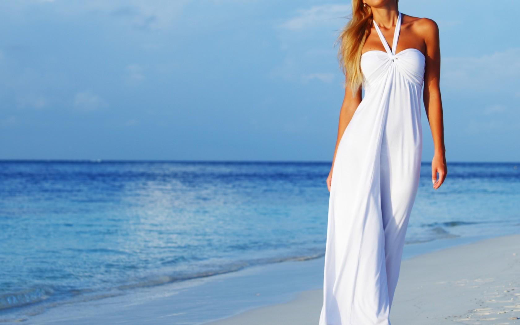 Фото девушек в длинных платьях на пляже